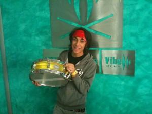 Alessandro con il suo nuovo rullante Vibe Drum